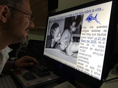 Jose Elias escribiendo su artículo 10,000 en eliax